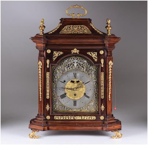Tischuhr im Louis XV-Stil aus Holz mit vergoldeten Bronzedetails, 51 x 26 x 66 cm, John Georg Rieff, Deutschland Schätzpreis: 5.000-6.000 EUR
