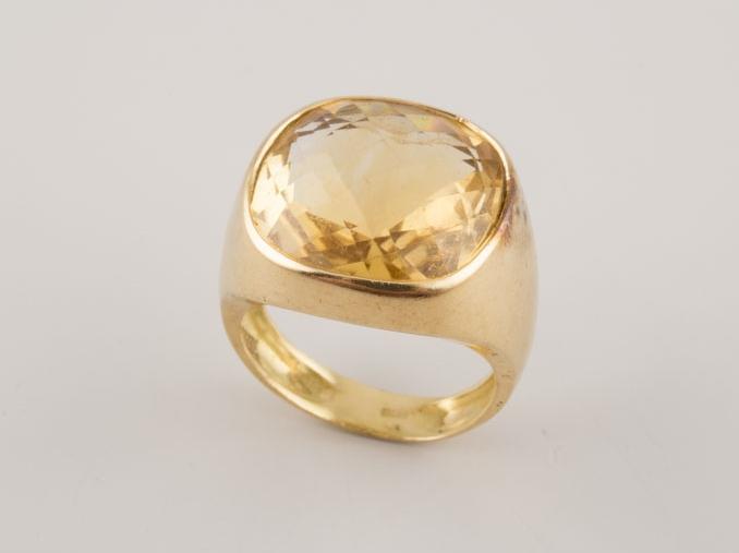 Sortija de oro con un cuarzo central facetado