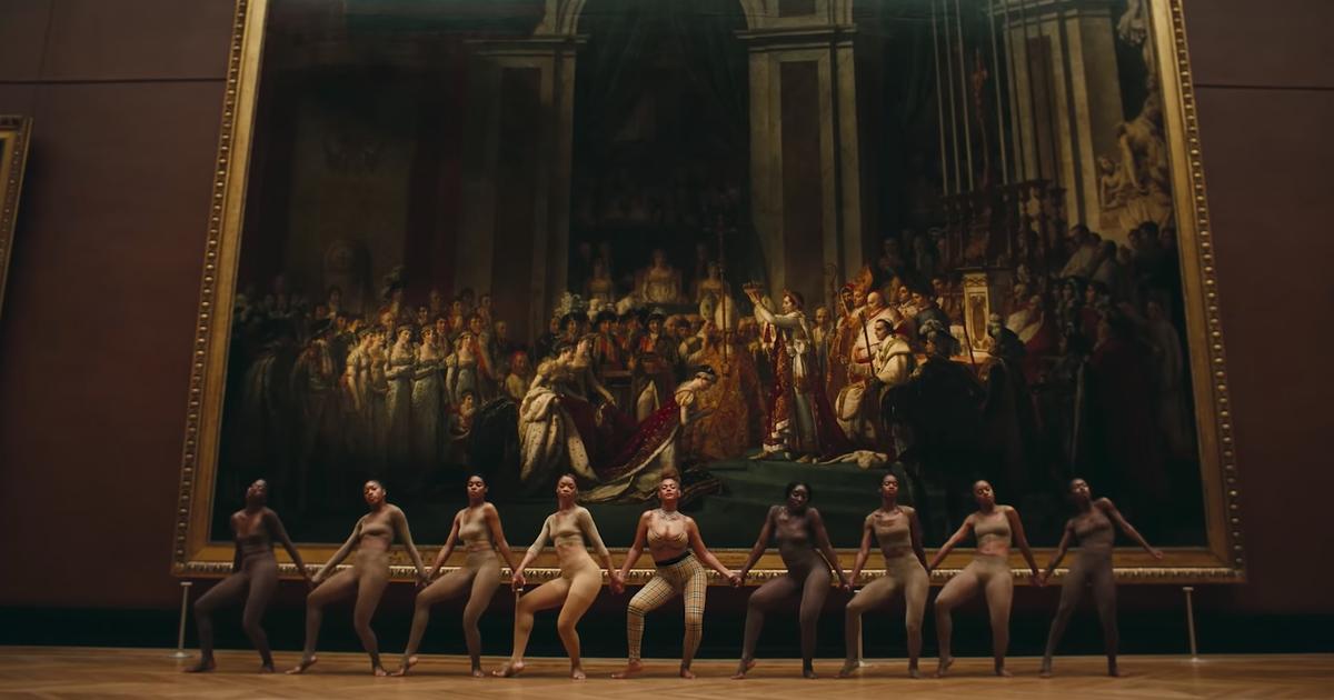 Scène de danse devant le « Sacre de Napoléon », image via vidéo.