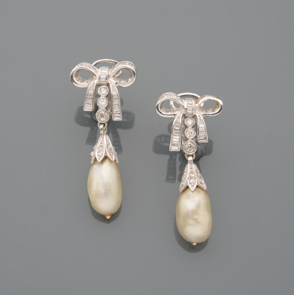 Paire de pendants d'oreilles en or gris, un nud serti de diamants ronds et baguette, retenant en pampille une perle de culture en forme de goutte