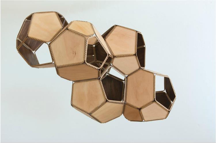 """Flera av verken är skänkta direkt av konstnären, medan andra är skänkta av konstsamlare. Det är inte bara norska konstnärer representerade utan ett av de främsta verken i min mening är skänkt från den argentinske konstnären Tomás Saraceno. Verket """"IOK5"""" från 2014 består av sex moduler av björkplywood."""