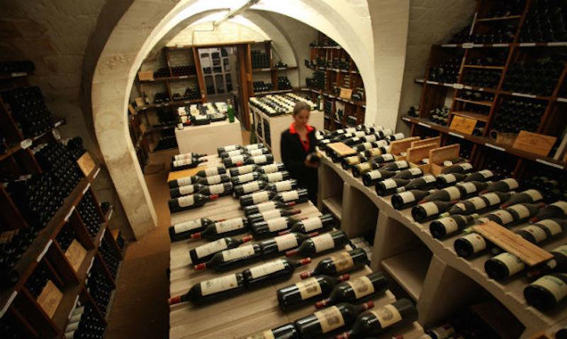 Vid försäljningen i vinkällaren Cave de L'Elysee i juni 2013 kom köpare från hela världen. Foto: Crédit Présidence de la République Française