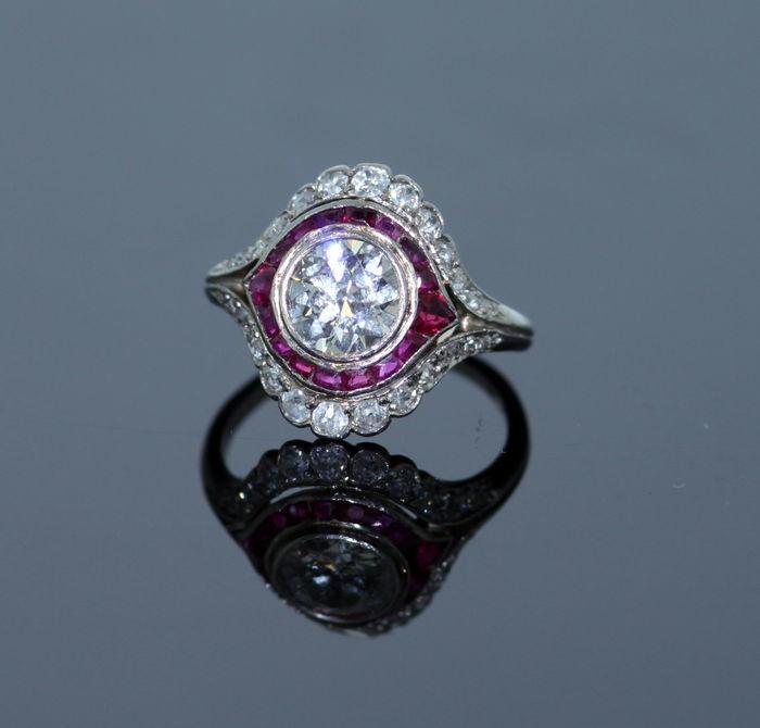 Anillo vintage de platino con diamantes y rubíes