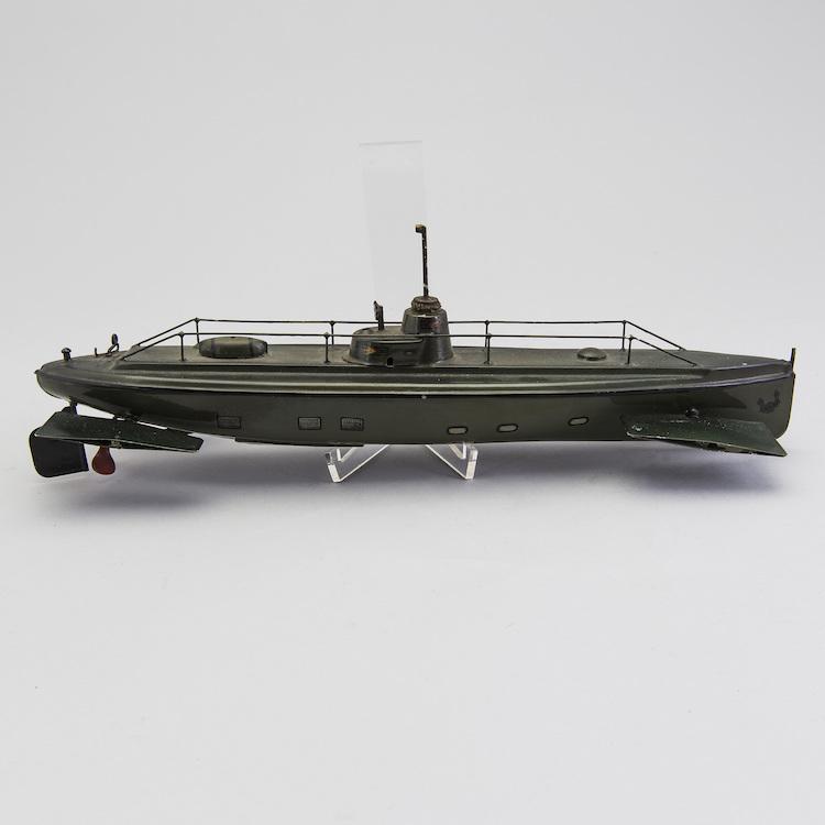Stort intresse är det för den urverksdrivna grönlackerade ubåten 5081/41, från tyska Gebrüder Märklin, tillverkad på 1910/20-tal. Utropet 15 000 kronor har sedan länge passerats