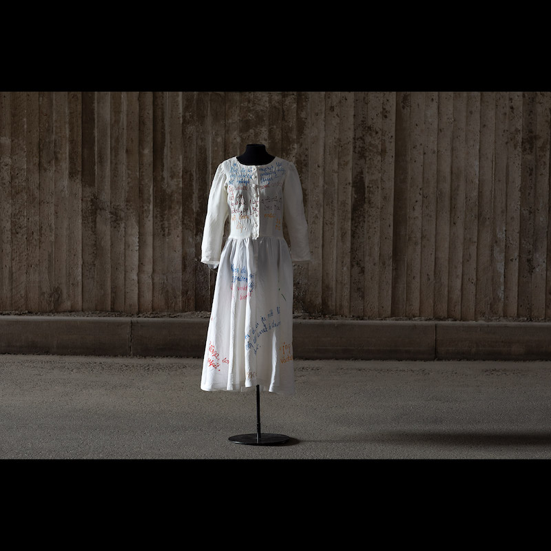 Hovdansare Marie Lindqvists kostym från Peer Gynt. Baletten Peer Gynt hade premiär 13 nov 1992 på Kungliga Operan. Koreografi John Neumeier och design Jürgen Rose. Nattsärk med broderad text. Storlek Small. Utrop 1-2 000 kronor