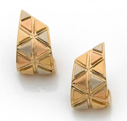 Paire de clips d'oreilles formés de bandeaux  à décor de triangle en ors de trois couleurs  18k (750) unis.  Signés Marina B Estimation basse: 1 200 €