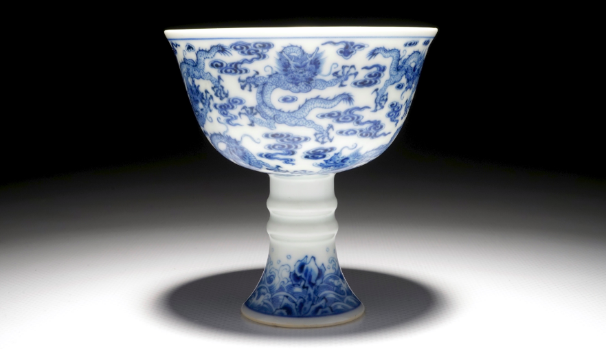 Une coupe sur piédouche en porcelaine de Chine bleu et blanc, marque et poss. époque de Yongzheng Rob Michiels Auctions