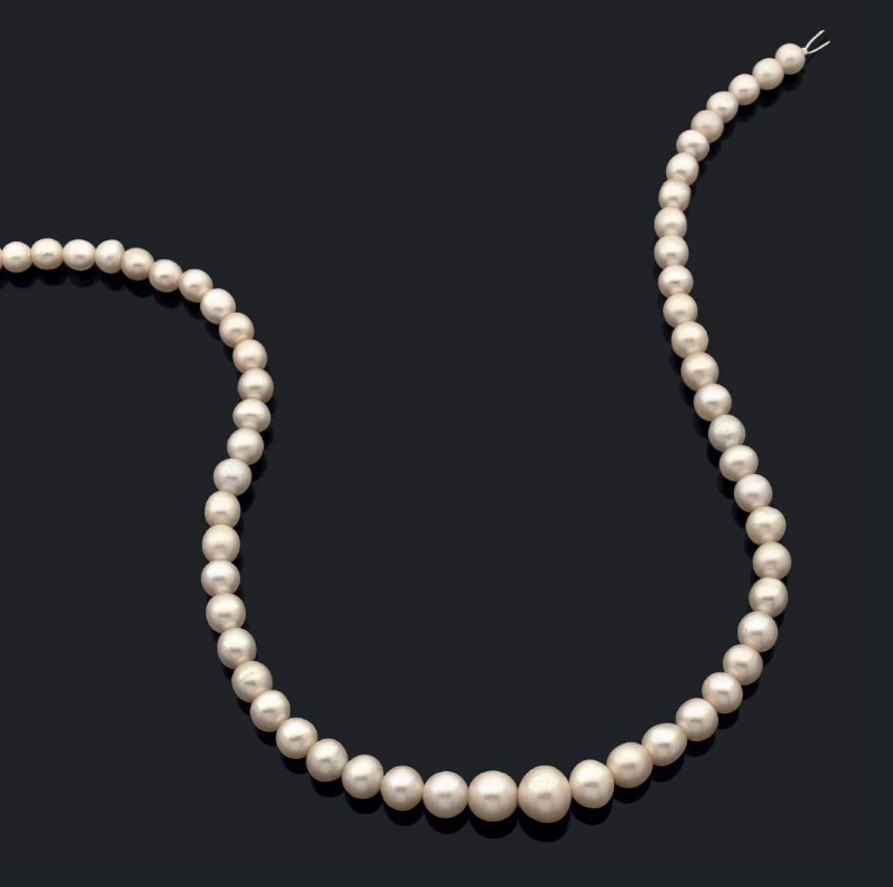 Rang composé de 57 perles fines en chute En vente chez Aguttes