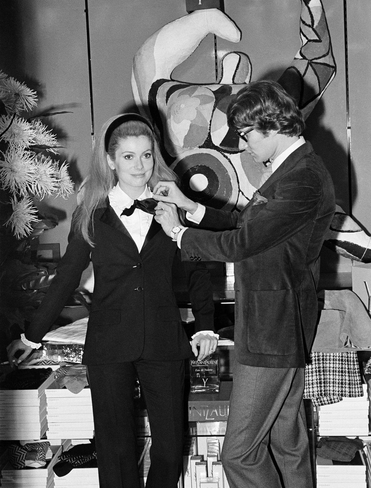 YSL habillant Catherine Deneuve d'un smoking, 1966