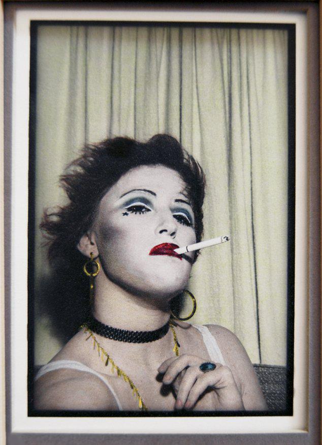 Cindy Sherman avec un maquillage dramatique, 1975, image via Daily Mail