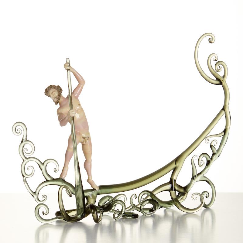 """Lucio Bubacoos glasskulptur """"Gondoljär"""" från Murano i Italien med en naken gondoljär i grön och vitrosa glasmassa är ett av de föremål som ropas ut hos Stockholms Auktionsverk"""