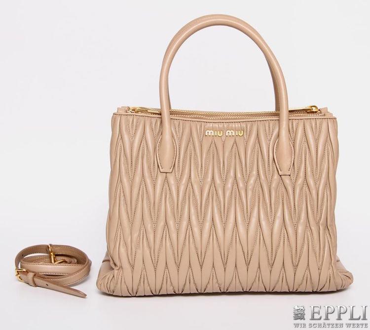 Handväskan i läder från MiuMiu ropas ut för 6 500 kronor hos Eppli nu på lördag