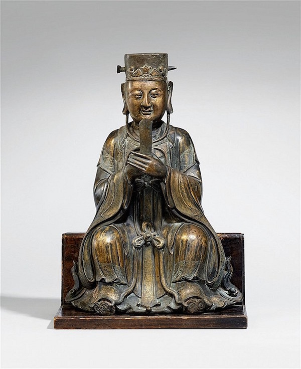 Skulpturavkejsare, brons på träbas. H: 51,5 cm, Mingdynastin, 1600-tal. Utropspris:. 370 000 - 460 000 kronor.