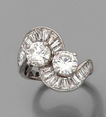 Bague Toi et Moi en platine ornée de deux diamants demi-taille soulignés de diamants baguette. Estimation basse: 7 500 €