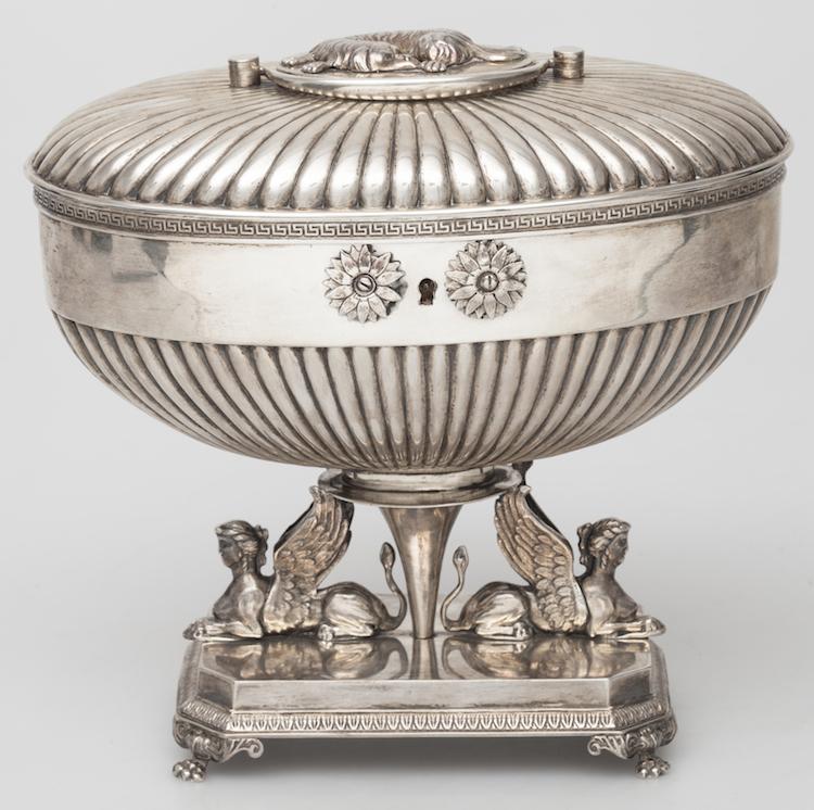 Sockerskrin Silver. Empire. Adolf Zethelius, Stockholm 1816. H 18. Vikt c:a 1140 gram. Utropspris: 6 000 SEK.