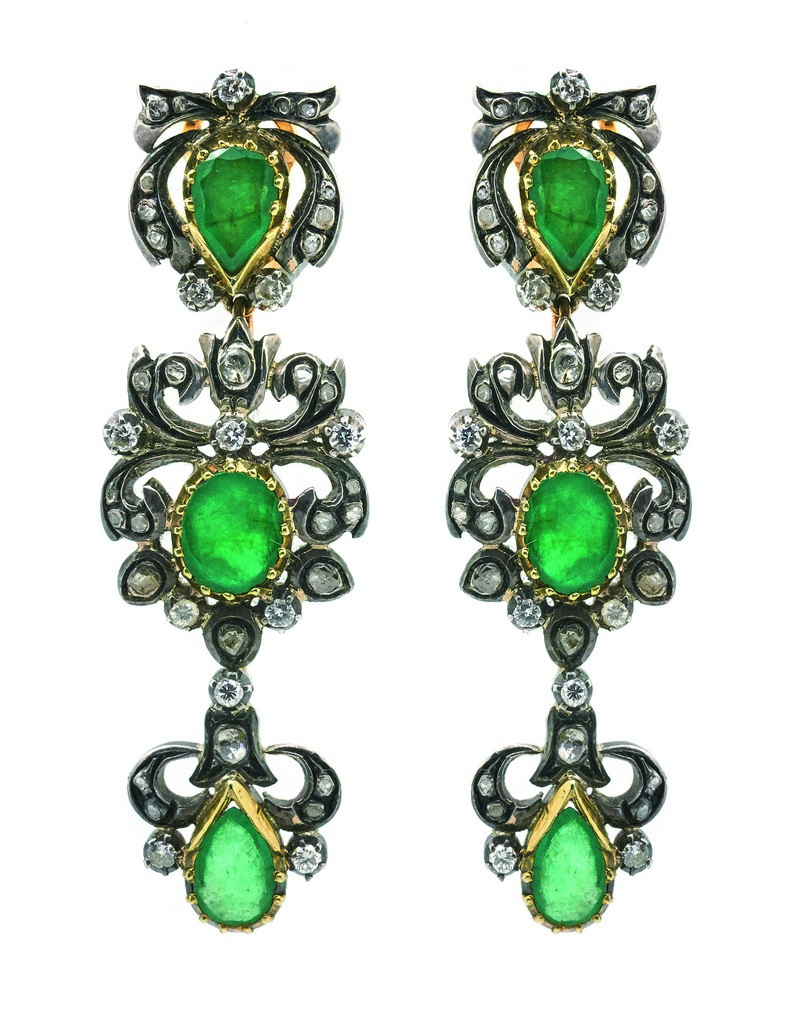 Pendientes largos estilo isabelino en oro y vistas en plata con diamantes tallas brillante antigua y rosa y esmeraldas tallas oval y perilla