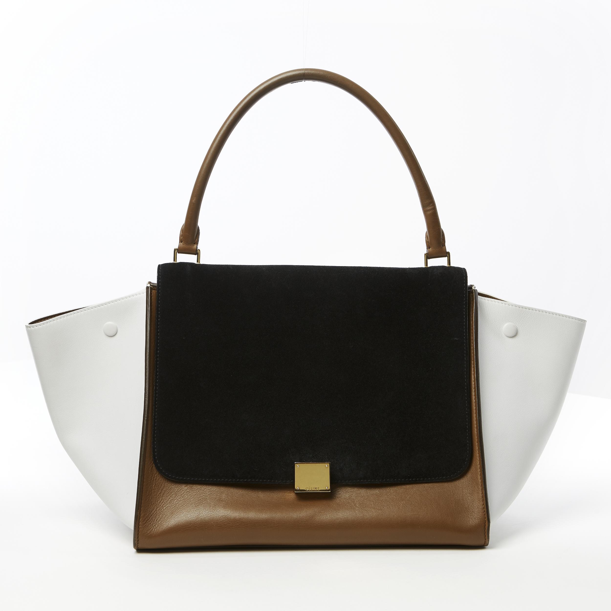 CÉLINE, handväska Trapeze large i nougatfärgat och vitt slätt skinn med lock i svart mocka. Bild: Stockholms Auktionsverk