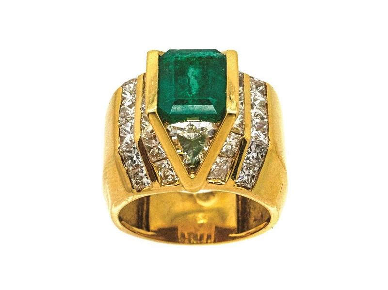 Sortija en oro con esmeralda colombiana custodiada por diamantes