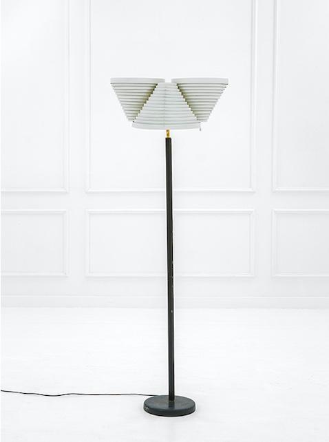 ALVAR AALTO - Stehlampe aus poliertem Messing, lackiertem Aluminium, Leder, 166×68 cm, Helsinki 1950er Jahre Schätzpreis: 7.000-9.000 EUR