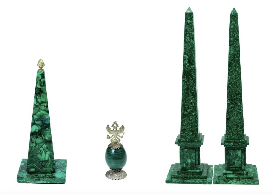 Links: Obelisk mit Ummantelung aus Malachit-Furnier, Pinienknauf aus Silber Mitte: Ei aus Malachit mit Silbermontierung, wohl FABERGÉ Rechts: Paar Obelisken aus Malachit mit getrepptem Sockel