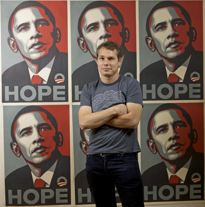 Shepard Fairey devant son poster iconique d'Obama intitulé ''Hope''  Image via LA Times