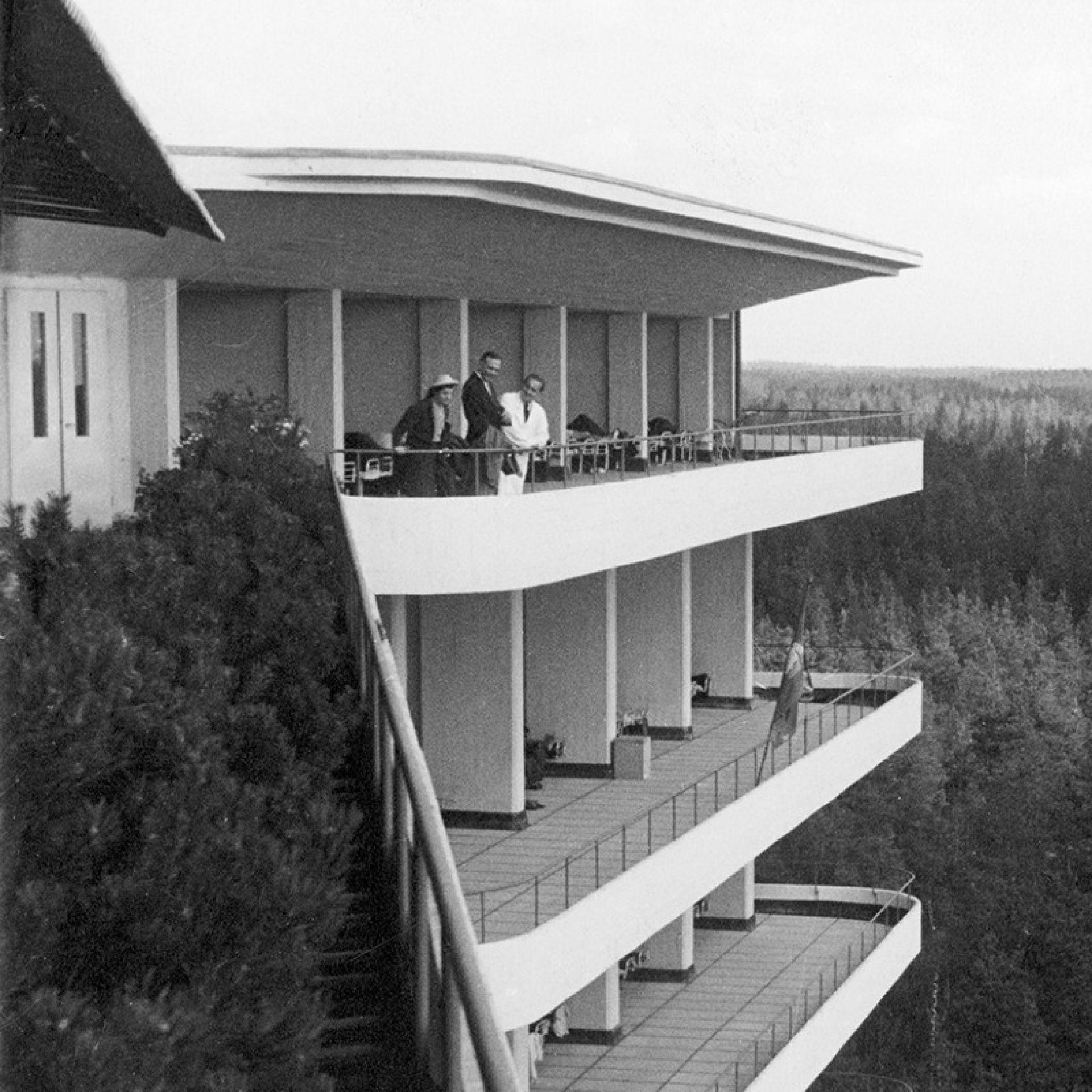 Alvar och Aino Aalto på en av Paimios balkonger. Foto: Kvadrat Interwoven.