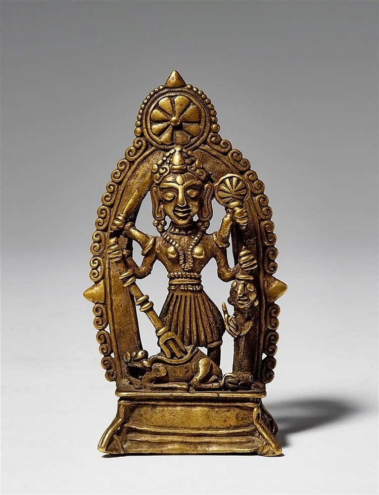Guden Durga framför en dekorativ båge. Norra Indien ca 1300-1400-talet.