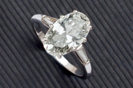 Lote 398: Sortija de oro blanco con diamante oval. Precio de salida: 15.000 €