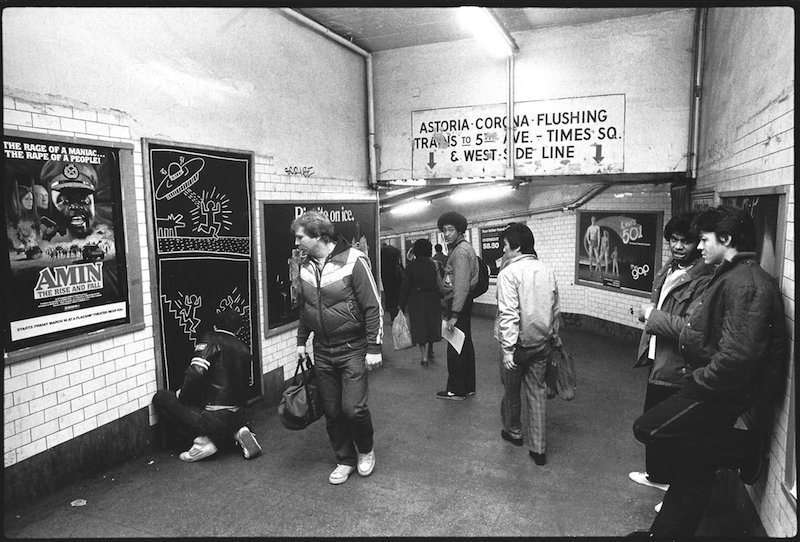 Keith Haring dessinant dans le métro new-yorkais