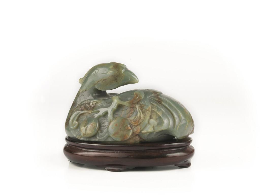 Mandarin-Ente aus Jade, L: 15,5 cm, auf Holzbasis, H: 3 cm, China, Qing-Dynastie, 18. Jh. Schätzpreis: 8.000-12.000 EUR