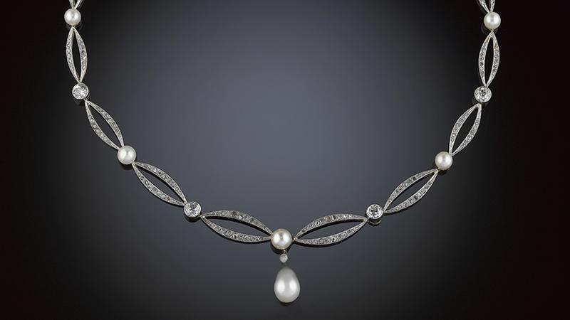 Collier 18 kt guld och platina med en större orientalisk pärla, 8.2-8.3 x 9-10 mm och 10 mindre orientaliska pärlor, 5.9-6.5 x 4-5 mm, enligt uppgift, 11 gammalslipade briljanter ca 3.50 ct samt rosenstenar.