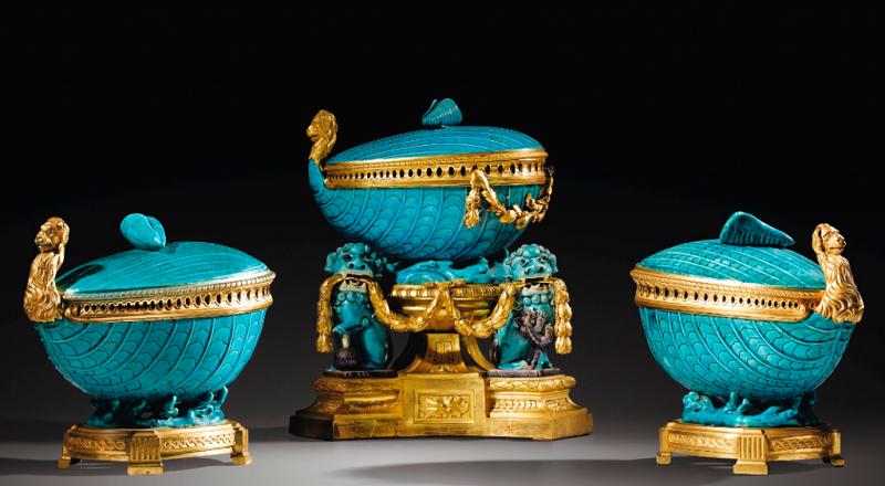 Tres piezas de porcelana china azul celeste del período Kangxi (1662-1722) sobre bronce dorado Luis XV (1765-1770)