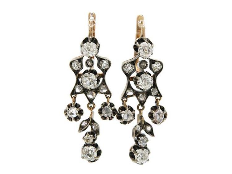 14K guld/silver, gammal och rosenslipade diamanter ca 2,00 ctv, ca W-Cr(H-J)/VS-SI, stift, längd 3,6 cm, vikt 9,3 g, 2 diamanter skadade, några med nagg. Utropspris 5 800 SEK.