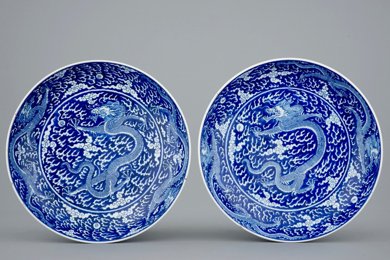 Platos Kangxi azules y blancos decorados con dragones. Estimación: 15.000-25.000 €