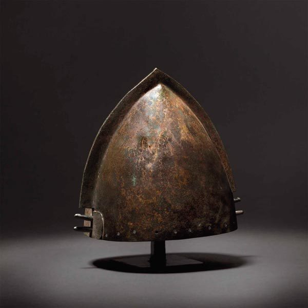 Bronze crest helmet, Urnfield period, manufactured in the 12th or 11th century BC. Because of its rarity and very good condition and has characteristics of the Late Bronze Age, the starting bid for this piece is 28.000 EUR