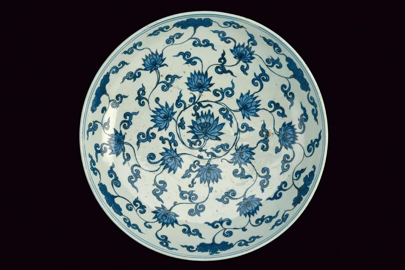 Porzellan-Teller mit blauem Dekor, D: 40 cm, China, Jiajing-Dynastie (1522-1566) Schätzpreis: 8.000-15.000 EUR