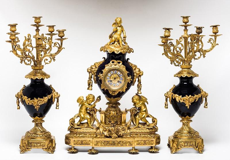 Reloj con guarnición en bronce dorado y porcelana azul de cobalto