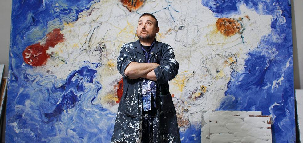 Miquel Barceló devant l'une de ses toiles