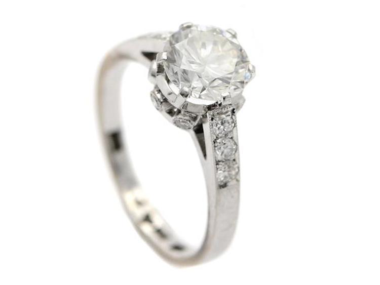 18K vitguld, briljantslipad diamant ca 1,83 ct, ca TCr(I)/VVS, 12 briljantslipade- samt åttkantslipade diamanter ca 0,30 ctv, ca W/VS, Guldsmed Otto Andersson i Stockholm år 1966, stl 18,25 mm, vikt 4,5 g. Utropspris 72 000 SEK