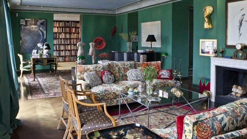 Le salon, qui donne sur la bibliothèque, regorge d'œuvres d'art issues de différentes époques et de différentes parties du monde