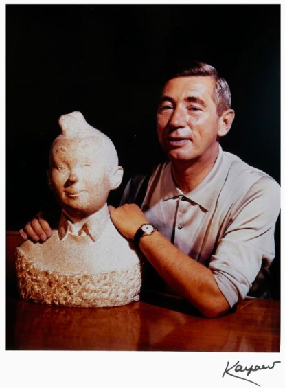 Hergé : Lot de 3 photographies de Robert Kayaert (1920-2007) représentant Hergé devant différents objets dérivés de l'univers de Tintin. Estimation: 400 / 500 € En vente chez Banque Dessinée