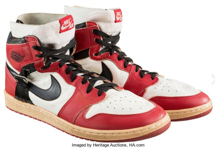 Basketlegendaren Michael Jordans begagnade skor såldes hos Heritage Auctions för 55 000 dollar