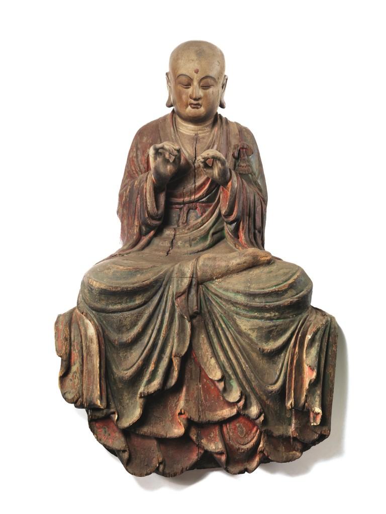 Große Holzskulptur mit Resten einer polychromen Bemalung, H: 92 cm. China, Ming-Dynastie, 15.-16. Jh. Schätzpreis: 15.000-20.000 EUR