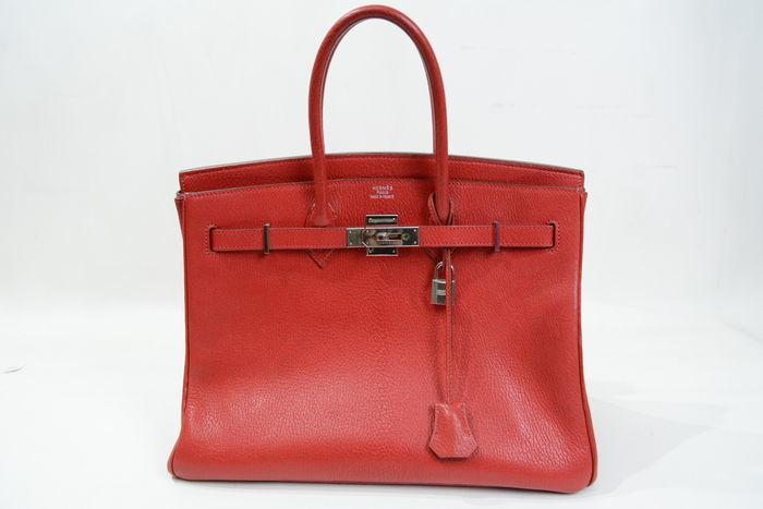 Bolso HERMÈS, modelo Birkin 35 en piel de cabra de color rojo. Precio estimado: 13.250-17.225 €