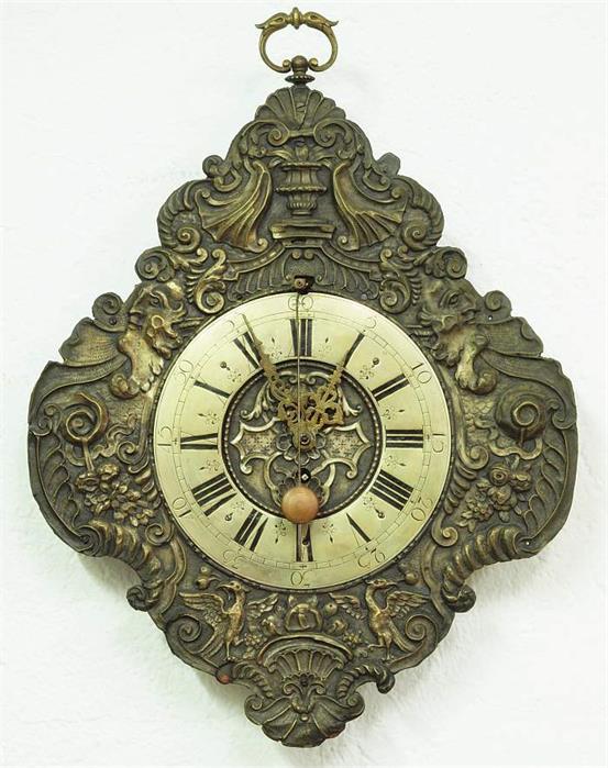 """Augsburger Telleruhr """"Zappler"""" aus Messing und Eisen, 45 x 36 x 6 cm, 18. Jahrhundert Mindestpreis: 500 EUR"""