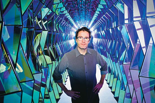 Olafur Eliasson devant son 'One-way colour tunnel' Photo: Amos Aikman/Newspix / Rex Featur
