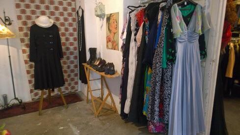 Det är lätt att hitta fina klänningar från 1940 - talet och framåt hos Lisa Larsson.