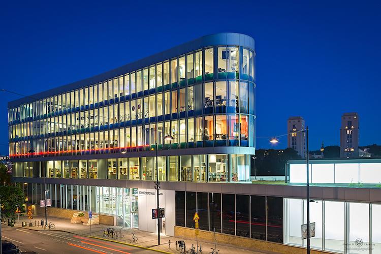 Bonnier Konsthall. Den triangelformade fastigheten i glas i fem våningar ritades av Johan Celsing Arkitektkontor. Foto: Stockholmsfotografier.se