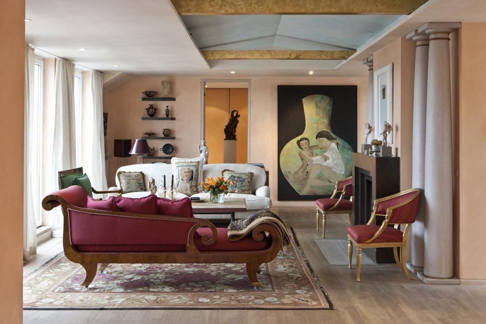 Im oberen Wohnzimmer versprühen nicht nur die apricotfarbenen Wände Leichtigkeit, sondern auch die offen gestaltete Decke, deren Balken teilweise freigelegt wurden