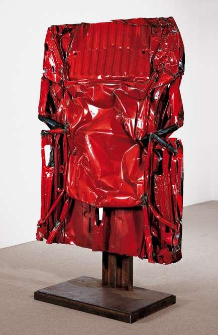 """""""Coque Vallelunga n° 1"""", 1986 ‒ compression, tôle peinte sur support en fonte"""